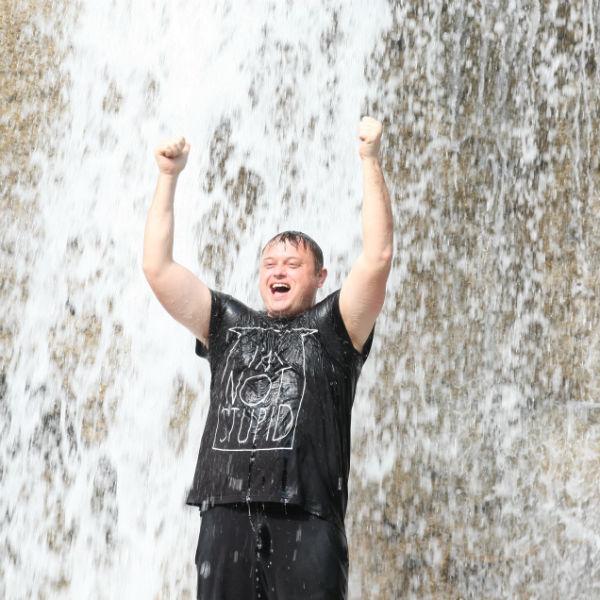 Дима Иванов из Сочи старался перекричать шум водопада