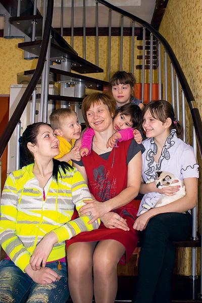 Большая семья Оксаны (слева направо): дочь Александра, сын Арсений, дочь Арина, внучка Ралина и дочь Ангелина. Еще одна дочь, Антонида, была на прогулке с внучкой Эльвиной