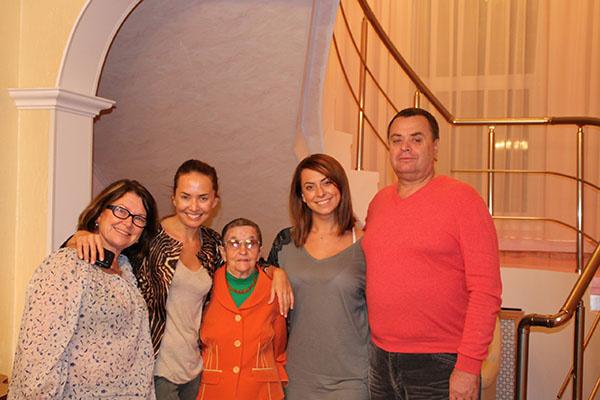 Семья всегда была для Жанны надежным тылом. На фото –  с сестрой Наташей, папой Владимиром, мамой Ольгой и   бабушкой Паулиной Вильгельмовной. 21 апреля 2011 года