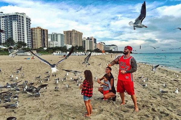 Рэпер вместе с семьей проводит время в Майами