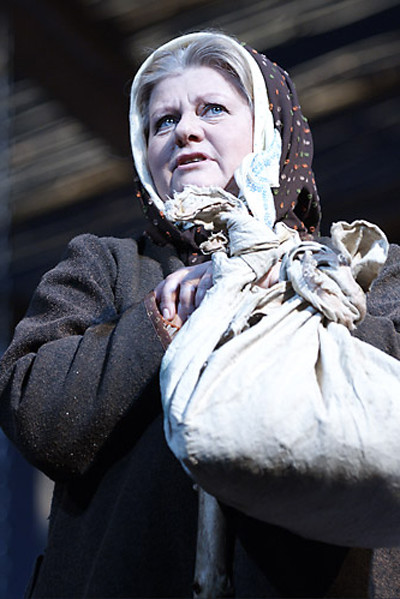 Именно театр познакомил Муравьеву с мужем