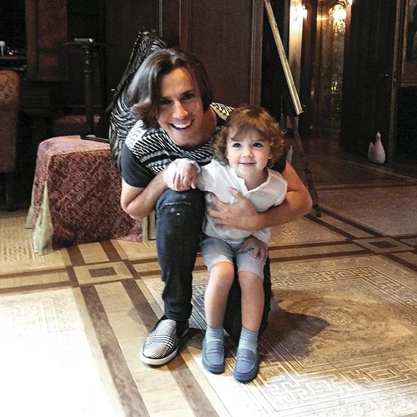 Максим разучивает с сыном Гарри детские песенки