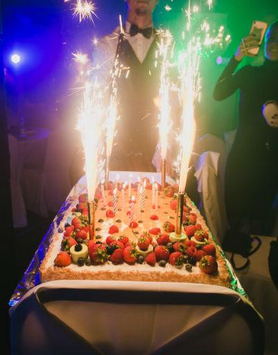Торт для именинника поразил всех гостей