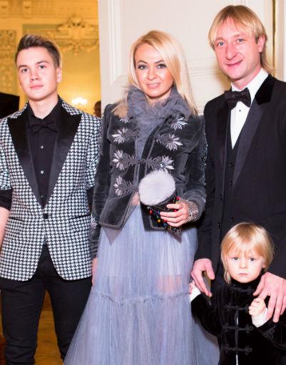 Яна Рудковская с супругом Евгением Плющенко и сыновьями