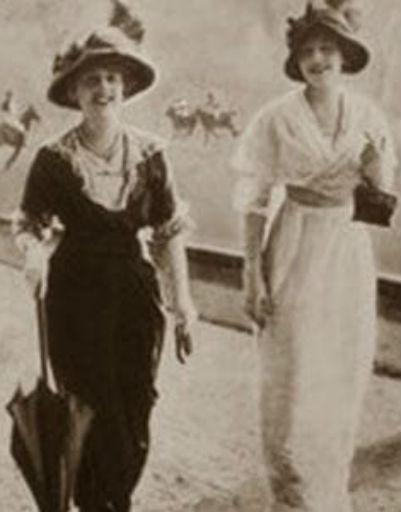 Одна из этих «дореволюционных» дам - владелица особняка Дерожинская (слева)