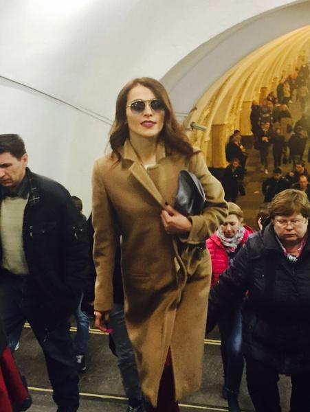 Сати Казанова выходит из московского метро