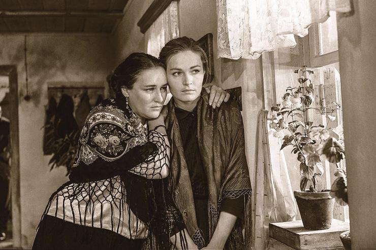 Награду за роль в «Журавушке» на фестивале в Сан-Себастьяне Чурсиной вручала сама Одри Хепберн