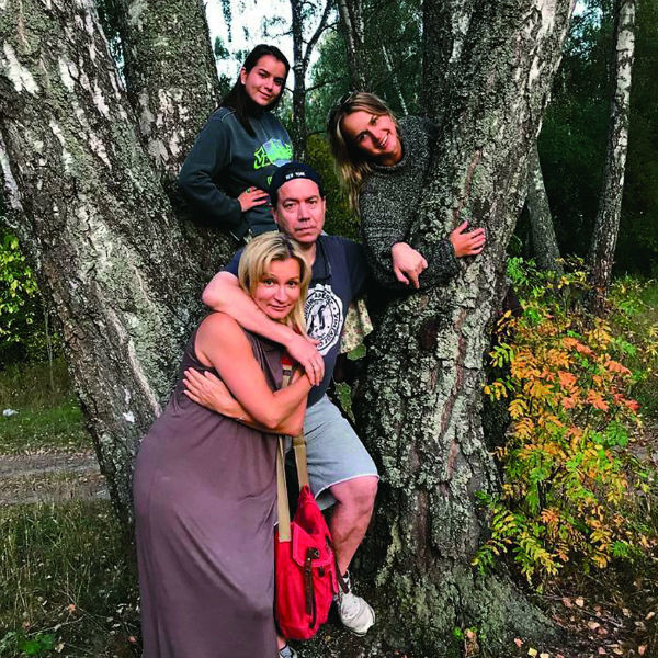 Анна вышла замуж за бизнесмена Алексея 23 года назад. У пары две дочери – Анастасия и Мария