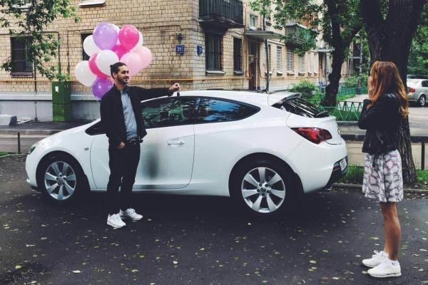 Мужчина подарил возлюбленной новенький автомобиль