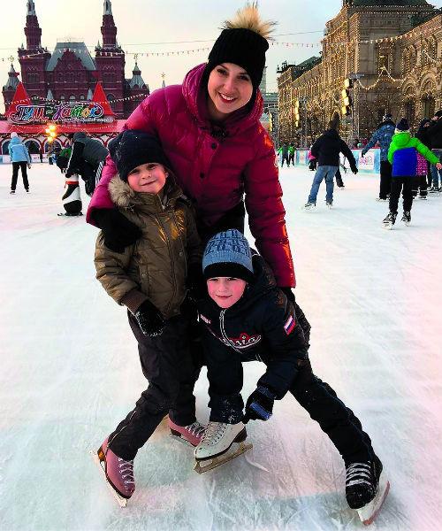 Дети Ирины стоят на коньках почти с пеленок: Варя занимается фигурным катанием, Артем – хоккеем