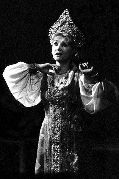 Одной из первых ролей артистки стала Аленушка в спектакле «Аленький цветочек»