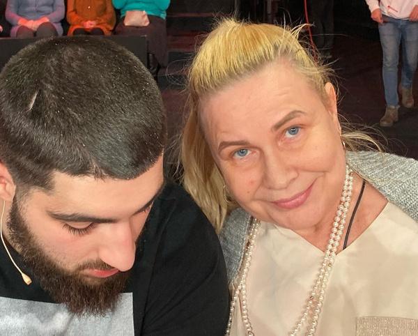 В первом выпуске шоу Собчак примет участие брат сестер Хачатурян (на фото он с креативным продюсером канала Еленой Самошиной)