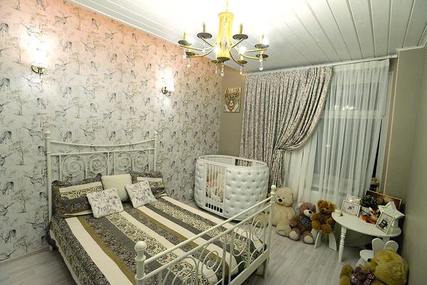 Пока сын еще маленький, в его комнате установлена кровать для няни
