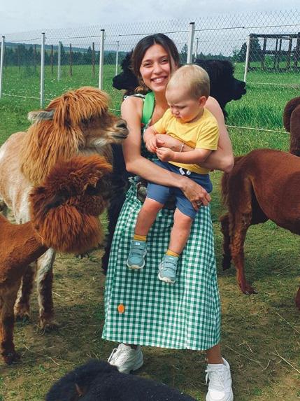 Регина приучает к путешествия и полуторагодовалого сына