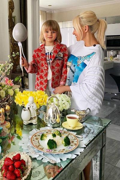 Яна Рудковская приготовила угощения вместе с наследником
