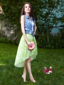 На певице Elvira T одежда American Eagle: Майка, 599 руб. Рубашка, 1399 руб. Юбка, 1499 руб. Сумка, 999 руб.