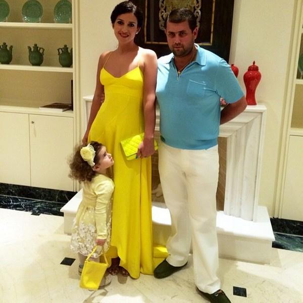 Жасмин с супругом и дочерью