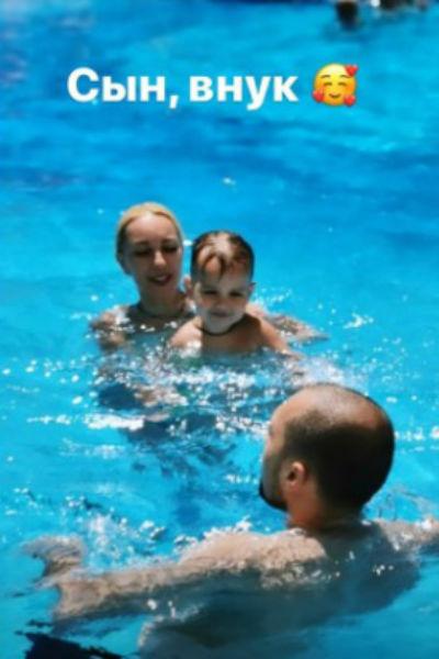 Счастливая бабушка: Лера Кудрявцева проводит время с внуком