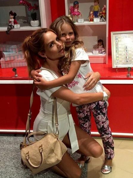 Пока певица в больнице, за ее детьми присматривают родные