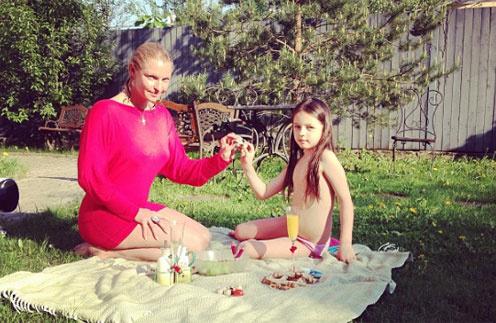 Дочь Анастасии Волочковой Аришу ждут на допросе по делу об ограблении