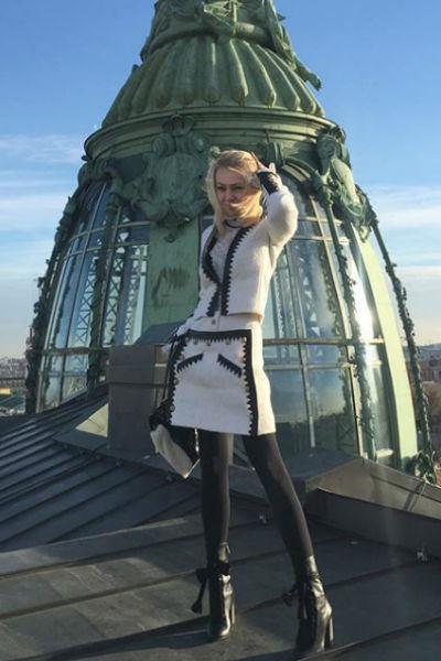 В Санкт-Петербурге Рудковская продемонстрировала свои стройные ноги на крыше дома
