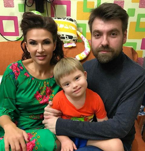 Эвелина Бледанс с мужем Александром и сыном Семеном