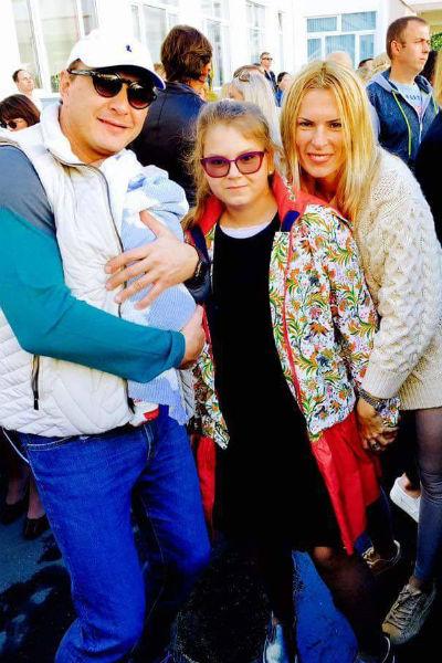 Марат с маленьким сыном пришел 1 сентября на школьную линейку к дочери Амели, где была и мама девочки
