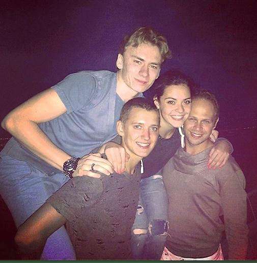 Аделина и Максим (на фото в центре) с друзьями гуляли до утра