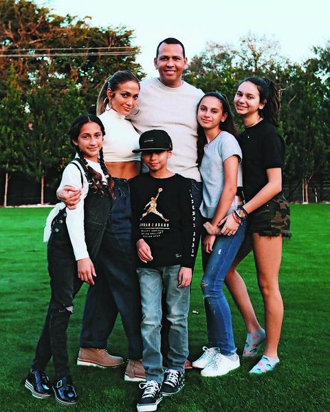 Дженнифер и ее жених Алекс Родригес с детьми от предыдущих отношений