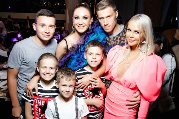 Мария Погребняк пришла поддержать Бузову вместе с мужем и сыновьями