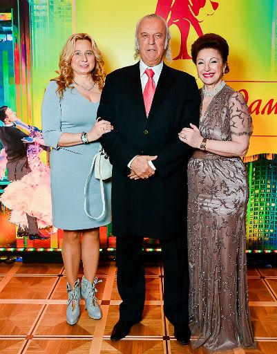 Илья Резник с супругой и Лейлой Адамян
