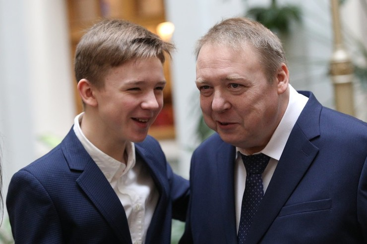 В жизни третьего сына Федора актер принимает активное участие