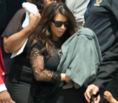 Ким Кардашьян пришла на похороны с дочкой