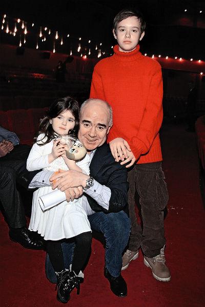 От обеих дочек у артиста подрастают внуки