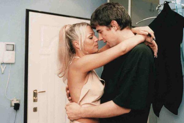 Сцену поцелуя с Ириной Салтыковой переснимали несколько раз, «Брат-2», 2000 год