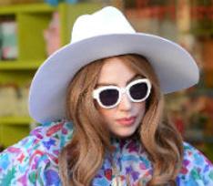 Леди Гага заставила ассистентку спать с ней