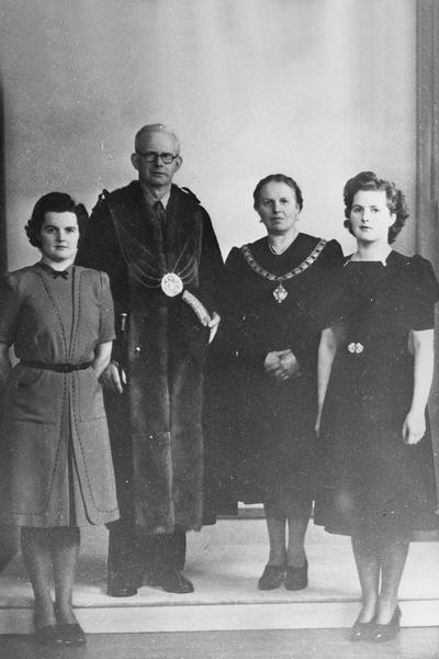 Маргарет Тэтчер  с родителями и старшей сестрой