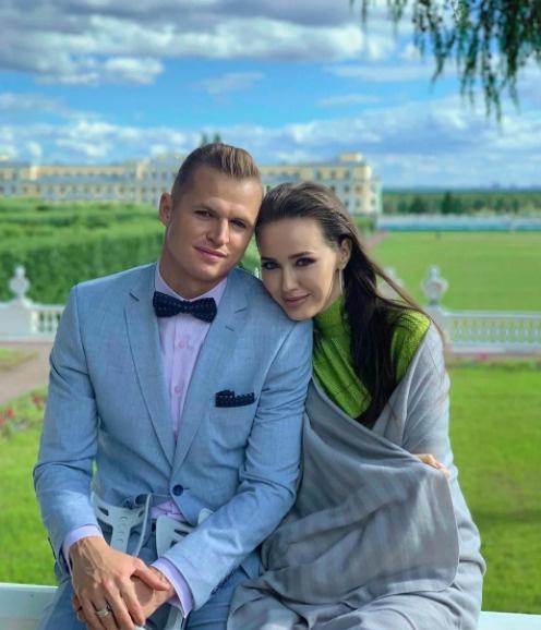 От хейтеров достается не только Тарасову, но и его супруге Анастасии Костенко