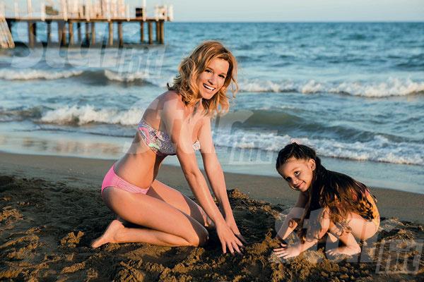 Сидеть с «айпадом» Ксюша разрешает дочке ограниченное время, а вот играть у воды можно сколько угодно