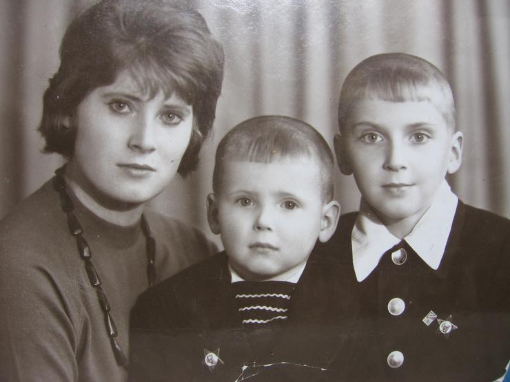 Никита Джигурда с мамой и братом