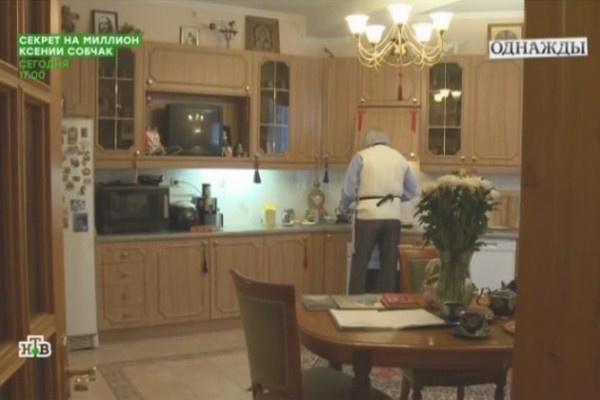 Илья Резник готовит на своей кухне