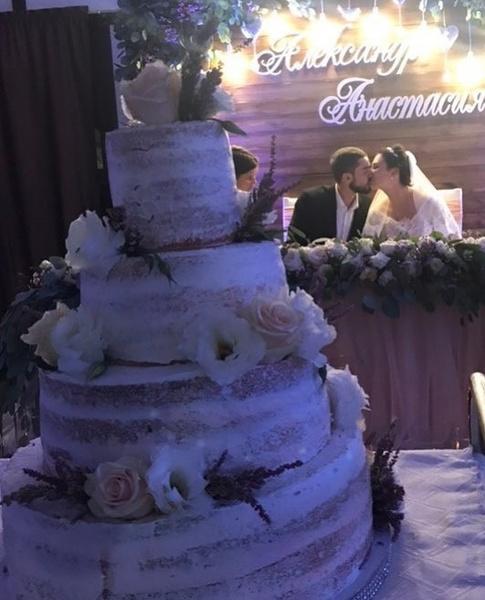 Супруги сыграли пышную свадьбу