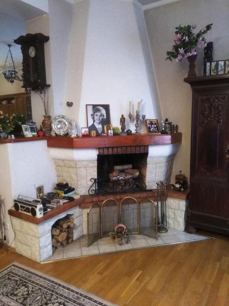 В особняке все напоминает о Румянцевой — в каждой комнате ее портреты