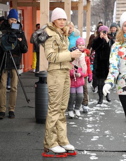 Поучиться искусству уверенно стоять на коньках пришло много москвичей