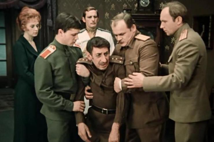 Говорят, «Дни Турбиных» пролежали на полке чуть ли не 10 лет, но некоторые источники утверждают, что картину не запрещали и транслировали в 1976-м, 1981-м и 1987-м согласно стандартной для того времени схеме
