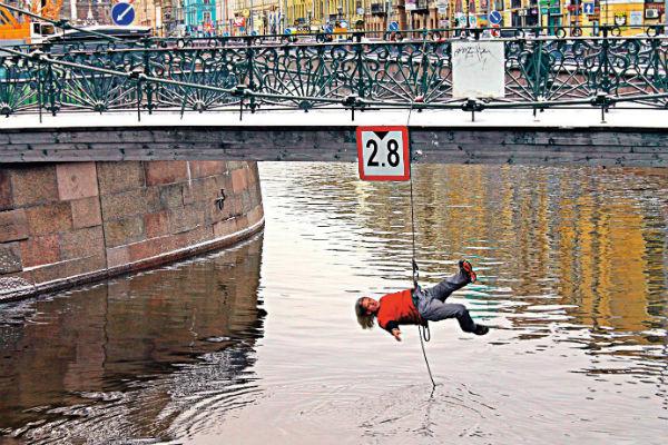 Один из перформансов мужчина провел на мосту в Санкт-Петербурге