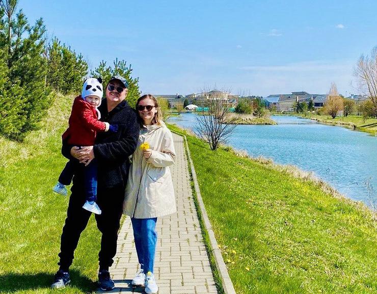 Игорь Николаев и Юлия Проскурякова наслаждаются прекрасной погодой