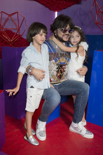 Дети часто сопровождают артиста во время гастролей и светских мероприятий