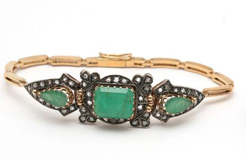 Стартовая цена – от 45 000 рублей. Браслет из золота и серебра со вставками из трех изумрудов и сорока восьми алмазов