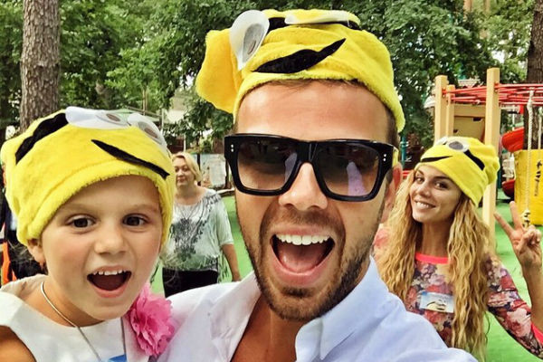 Счастливые родители в шапочках миньонов